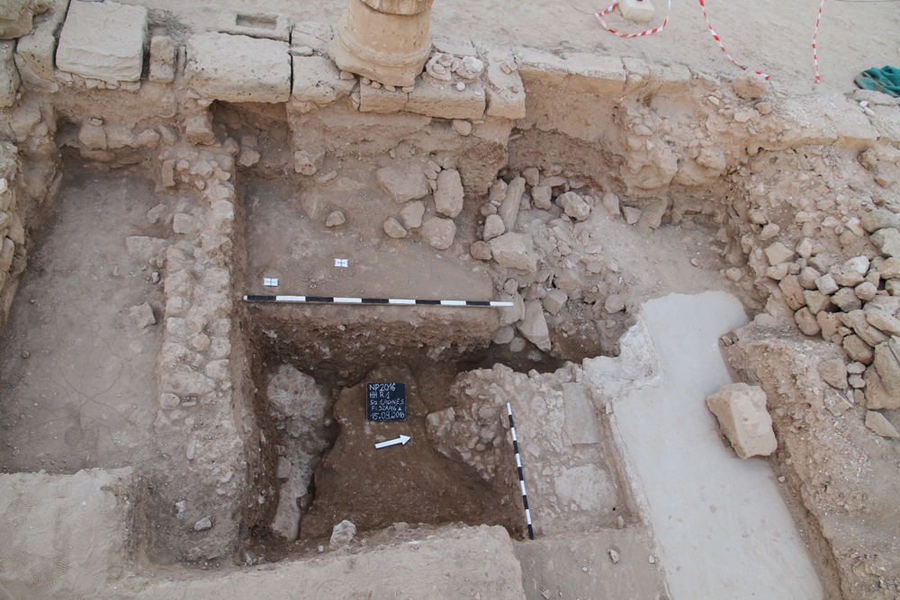 FFig. 3. Southwestern corner of the courtyard HH 1 with corner of the rectangular basin and bedrock uncovered south of the basin, phot. H. Meyza.